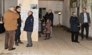 Buurtbewoners uit het centrum van Kampen, jong en oud, vonden het leuk eens achter de gevel van de kazerne te kijken.